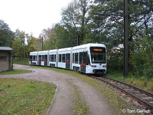 BOGESTRA-Variobahn 502 verweilt zu Test- und Einstellungsfahrten in Schöneiche (b. Bln). Am 17.10.08 rangiert sie während einer Präsentationsfahrt auf dem SRS-Betriebshof.