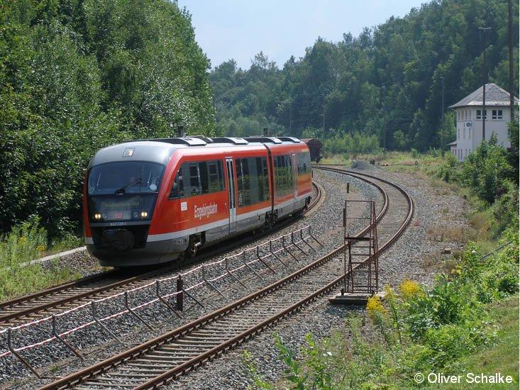 BR 642 228-1 auf der Fahrt nach Zwickau am 25.07.2007 bei strahlendem Sonnenschein während der Vorbeifahrt am BW Schwarzenberg.