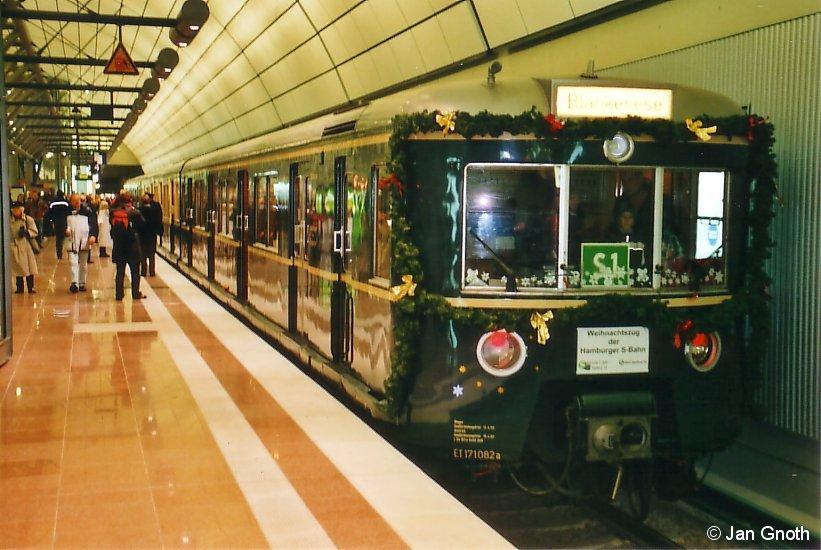 Am 13.12.2008 nur 2 Tage nach der Eröffnung wurde der historische 471 082 von 1958 als Weihnachts-S-Bahn auf der neuen Strecke zum Hamburger Flughafen eingesetzt.
