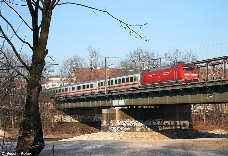 Auf seiner Fahrt von Saarbrücken nach Graz passiert EC 317, gezogen von 101 093, am 10.01.2009 die Braunauer Brücke über die Isar in München.