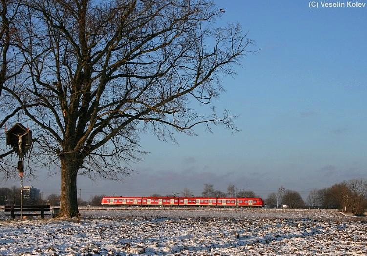 Wie leicht gepudert war dieses Feld nahe Unterhaching am 26.12.2008. Ein Triebwagen der Baureihe 423 wurde an dieser Stelle auf seiner Fahrt durch das Münchner Umland aufgenommen.