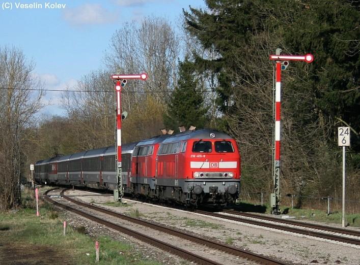 218 405 und 218 440 durchfahren mit ihrem EC-Zug am 19.04.2008 den Bahnhof Stetten. Insgesamt drei Fotografen freuten sich an jenem Tag, den Zug mit der sanften Nachmittagssonne im Rücken an der Einfahrt aufnehmen zu können.