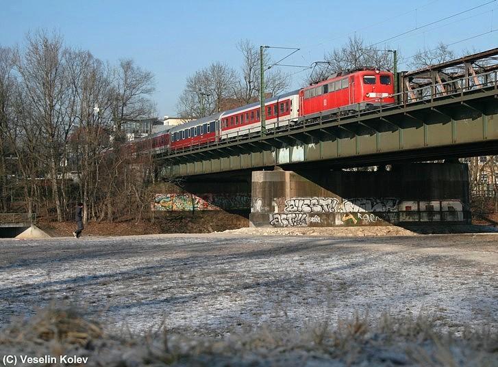 Nur drei Tage vor Fristablauf entstand am 10.01.2009 diese Aufnahme von 110 175. Mit EN 483 am Haken überquert sie die Braunauer Brücke über die Isar in München.