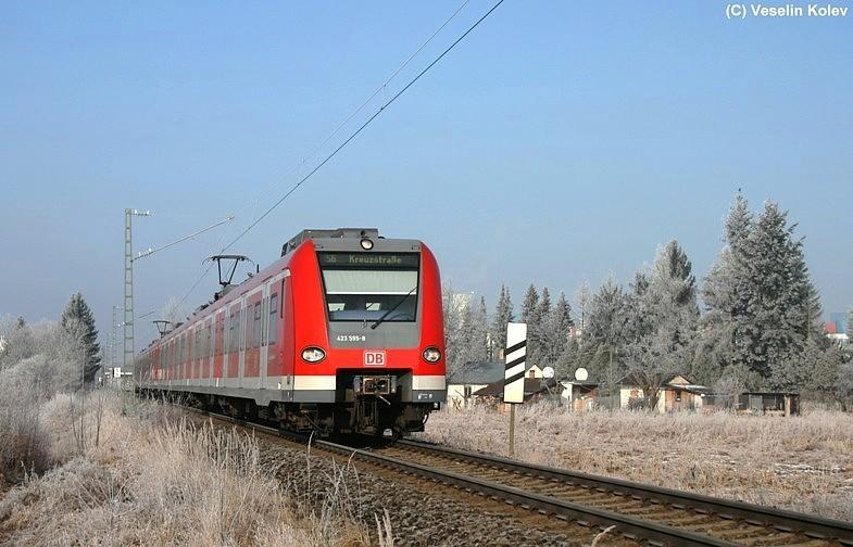 423 595 ist mit einem weiteren 423er am Vormittag des 9.01.2009 als S6 unterwegs. Nahe Neuperlach Süd wurde der Zug auf den Chip gebannt.
