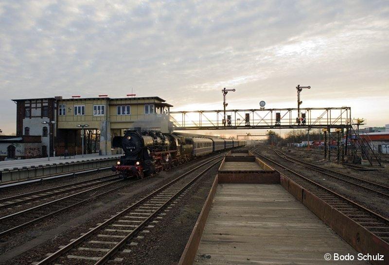 Am 21.03.2009 um 6.45 passiert die 52 8177 mit einem Sonderzug nach Dresden die Signalbrücke in Berlin-Tempelhof. Weitere Bilder des Fotografen sind unter  www.album-berliner-verkehr.de zu finden.