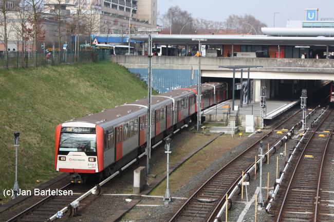 DT3E 818-3 im April 2009 bei der Ausfahrt aus dem Hamburger U-Bahnhof Billstedt in Richtung Mümmelmannsberg.