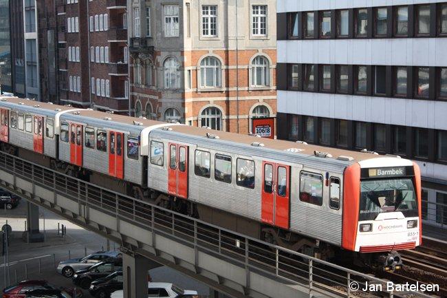 DT3E 855-1 im Einsatz auf dem Hamburger U-Bahn-Linie 3 im April 2009.