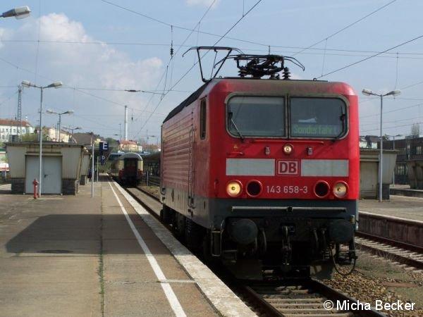 BR 143 in Berlin Lichtenberg aus Chemnitz Hbf mit TEE Wagen im Hintergrund. Er machte eine Kehre und fuhr danach zurück.