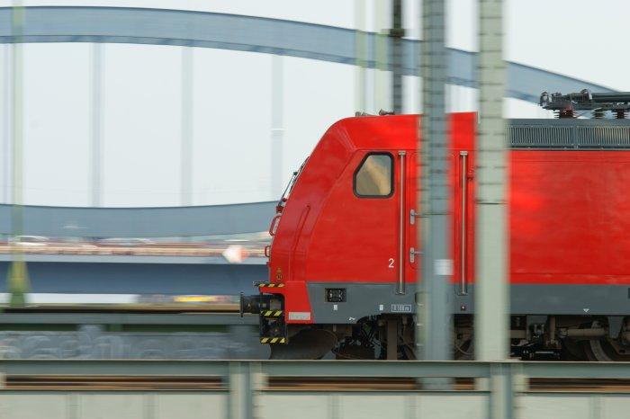 Eine Lok der DB Baureihe 101 auf den Elbbrücken in Hamburg