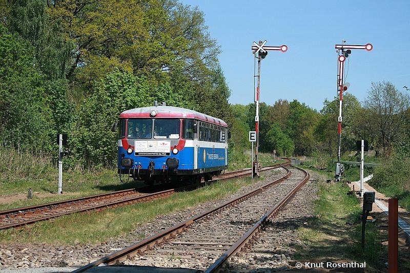 """Am 1. Mai 2009 verabschiedete die Prignitzer Eisenbahn ihren letzten betriebsfähigen Schienenbus """"T11"""". Dazu verkehrte er den ganzen Tag auf der Linie Pritzwalk - Meyenburg, hier bei der Einfahrt in Brügge (Prignitz) auf der Fahrt nach Pritzwalk."""