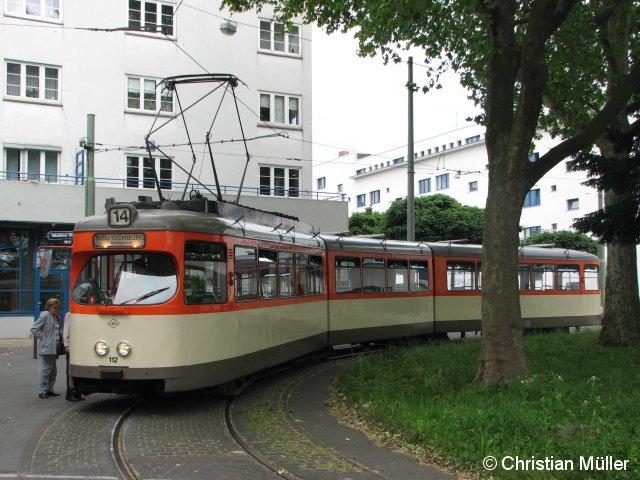 """Dieser Einrichtungs-Triebwagen der Baureihe """"N"""" ist anlässlich des Turnfestes 2009 als Verstärkung auf der Straßenbahnlinie 14 in Frankfurt am Main gefahren. Die """"14"""" besitzt an beiden Enden Wendeschleifen. Das Foto ist am Ernst-May-Platz in Bornheim entstanden."""