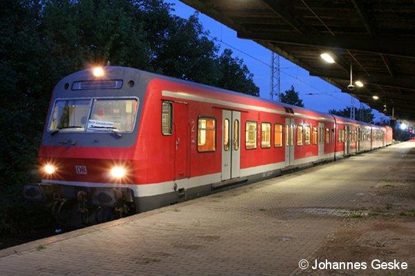 Ein S-Bahn-Ergänzungszug im Endbahnhof Hennigsdorf (bei Berlin). Dieser Bx-Zug wird nach kurzer Pause wieder nach Berlin-Gesundbrunnen zurück fahren. Das Bild entstand am Abend des 24. Juli 2009.