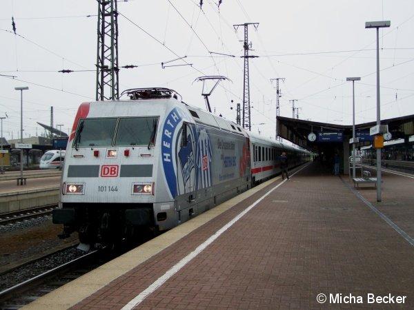Am 19. Juli 2009 steht in Dortmund Hbf die Lok 101 144 mit Werbung für den Fußballverein