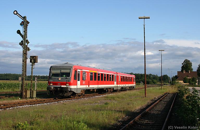 628 560 verlässt am Morgen des 25.07.2009 den beschaulichen Bahnhof Tüßling in Richtung Burghausen.