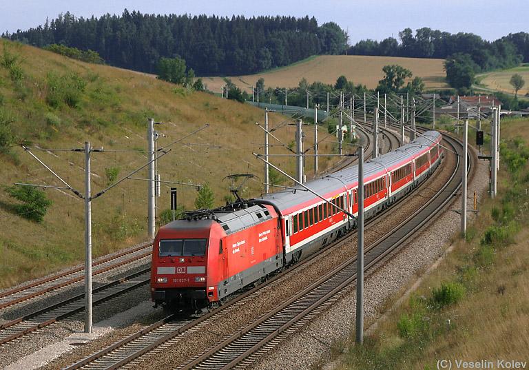 101 027 zieht am Morgen des 12.07.2009 den München-Nürnberg-Express südwärts. Es handelt sich um Deutschlands einzigen Regionalzug, der 200 km/h erreicht. Aufgenommen nahe Hebertshausen.
