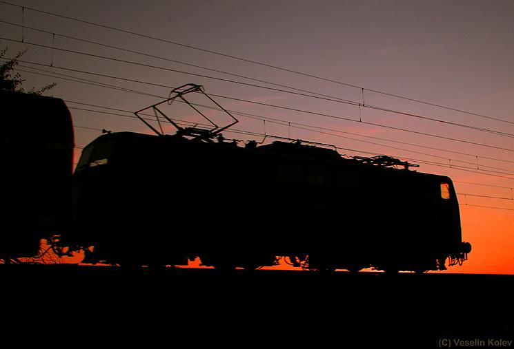 Im Morgengrauen des 29.07.2009 wurde die Silhouette einer Lok der Reihe 111 bei Zorneding aufgenommen.