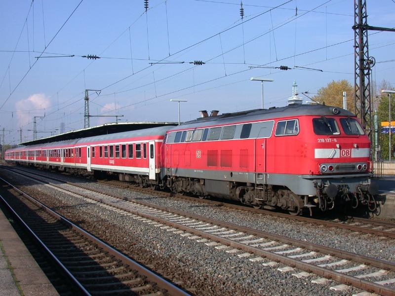 29.10.2008: 218 137 mit einem Regional-Express von Köln-Deutz durch die Eifel nach Trier.