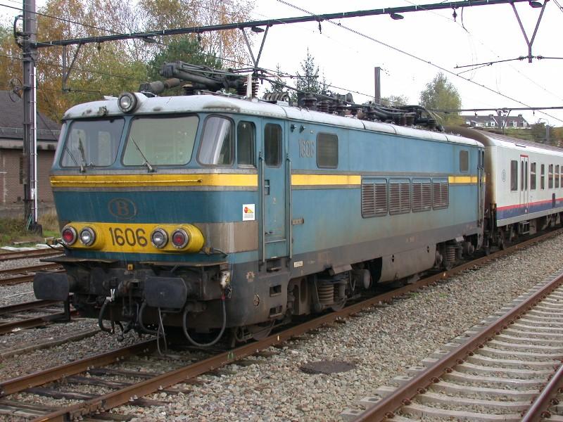 Sonntag, 02.11.2008: SNCB/NMBS-Lok 1606 ist das Wochenende über abgestellt im Bahnhof von Welkenraedt. Diese Baureihe ist 1966 gebaut und nach mehr als 40 Jahren im Einsatz Ende April 2009 abgestellt worden. Die Loks sind geeignet für den Betrieb unter 1,5 und 3 kV Gleichstrom sowie unter 15 und 25 kV Wechselstrom. Diese Baureihe ist bis Dezember 2002 mit den Schnellzügen aus Oostende regelmäßig bis nach Köln gekommen