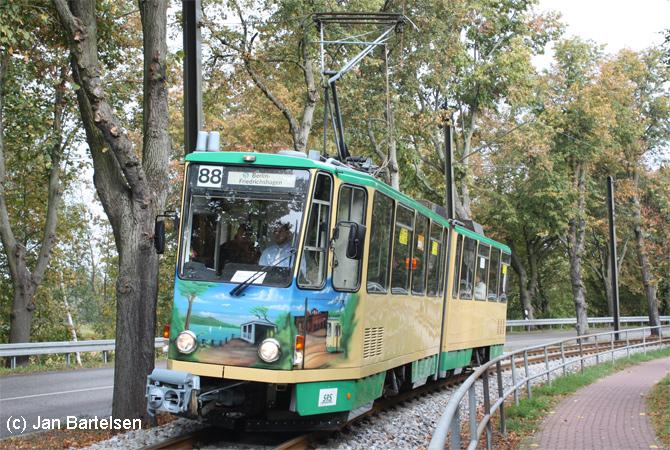 Ein Zug der Schöneicher-Rüdersdorfer Straßenbahn als Tram 88 am 3. Oktober 2009 auf dem Weg nach Berlin-Friedrichshagen.