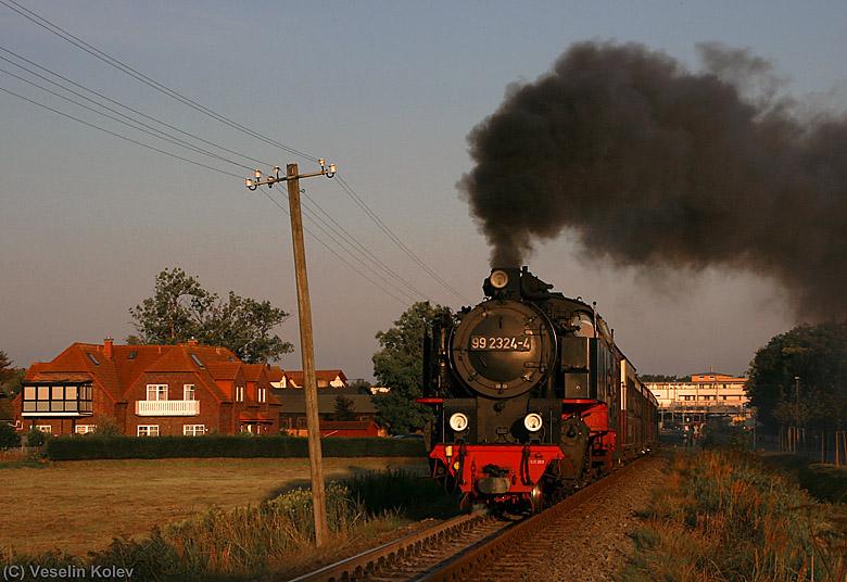 Obwohl man das auf dem ersten Blick nicht erkennt - diese Maschine ist nagelneu!!! Es handelt sich um 99 2324, welche im Jahr 2008 gebaut wurde und seit 2009 im Dienste der Mecklenburgischen Bäderbahn Molli unterwegs ist. Das Bild entstand am 25.08.2009 bei der Ausfahrt aus Kühlungsborn Ost.
