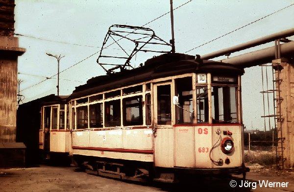 Triebwagen 683 der Verkehrsbetriebe Halle im Jahr 1970 auf dem Verkehrshof Freiimfelder Strasse. 1928 von Lindner in Ammendorf gebaut war dieses Fahrzeug bis 1980 im Betriebspark. Nach 6 Jahren als Arbeitswagen wurde er ausgemustert und gehört heute zur Sammlung der Halleschen Strassenbahnfreunde.