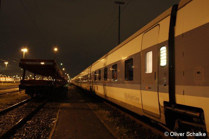 Ein Talgo-Nachtzug wartet am Abend des 13.11.2009 im Werk Hamburg-Langenfelde auf seinen nächsten Einsatz. Diese Züge sind nur noch bis zum Fahrplanwechsel Mitte Dezember 2009 im Einsatz. Bei BahnInfo erscheint in Kürze auch eine Fotogalerie-Sonderseite über die Talgo-Nachtzüge.