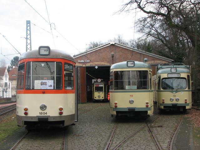 Links im Bild befindet sich ein Beiwagen der Baureihe