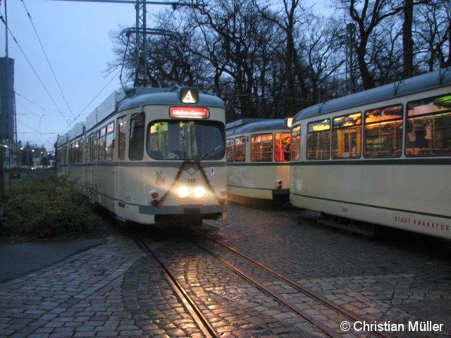 Zwei Nikolaus-Express-Sonderzüge auf dem Gelände des Verkehrsmuseums Frankfurt-Schwanheim am 5.Dezember 2009. Links ist der aus Richtung Offenbach gekommene O-Wagen zu sehen. Hierbei handelt es sich um die erste Zweirichtungs-Baureihe bei der Straßenbahn in Frankfurt. Rechts daneben steht ein L-Zug Bestehend aus Triebwagen und Anhänger.