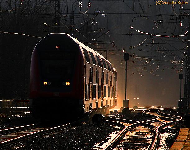 Die Atmosphäre eines klaren Wintermorgens: Am 26.12.2009 fährt ein Regionalzug aus Salzburg kommend in Grafing Bahnhof ein.