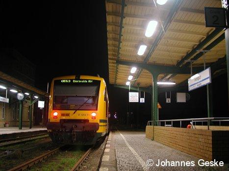 Eine BR650 im Bahnhof Templin. Die ODEG pendelte mit der Linie OE63 bis zum Fahrplanwechsel im Dezember 2006. Hier, am 2.12.2006, wartet der Wagen 71 auf die Abfahrt nach Eberwalde.
