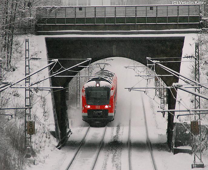 Vor kurzem ist 440 001 aus dem Betriebswerk in München-Steinhausen ausgerückt und ist unterwegs zum Hauptbahnhof, wo neue Einsätze auf das Fahrzeug warten. Die Aufnahme entstand am winterlichen 21. Dezember 2009 am Nockherberg.