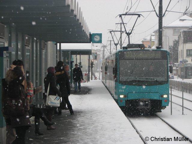 Während der Einfahrt eines Zuges der Linie U3 Richtung Frankfurt-Südbahnhof am Sonntag den 10.1.2010 ist auf dem bedienten Bahnsteig an der Station