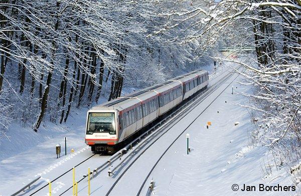 DT4 142 der Hamburger Hochbahn erreicht am 30.01.2010 von Hoisbüttel kommend die Haltestelle Buckhorn.