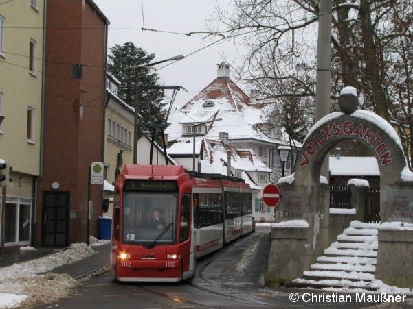 Wegen eines Wasserrohrbruches musste die Straßenbahn am 16.01.2010 in Mögeldorf wenden und konnte nicht wie regulär zum Tiergarten fahren. Hier zu sehen ist Wagen 1112 in der sonst eher selten genutzten Schleife Mögeldorf.