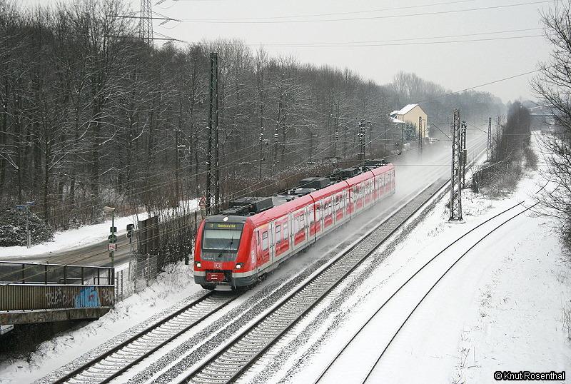 Momentan ersetzt die DB in Nordrhein-Westfalen ihre Flotte aus x-Wagen und Lok durch neue Triebwagen der Baureihe 422.  422 048 ist am 14. Februar 2010 als S2 auf dem Weg von Dortmund nach Duisburg und wird in wenigen Minuten den Bahnhof Essen-Altenessen erreichen.