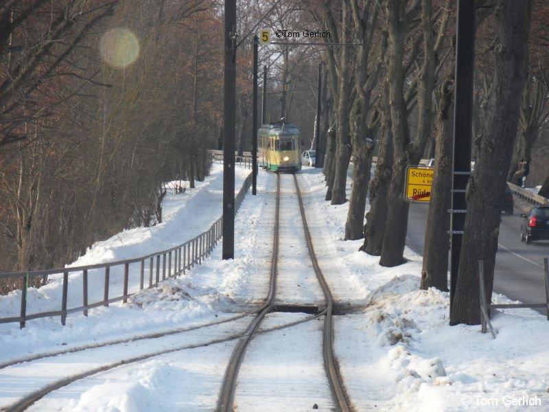 SRS-Tw 43 nähert sich in winterlicher Umgebung der Ausweichstelle Torellplatz. Die Spur, die der Schneepflug hinterlassen hat, ist deutlich erkennbar.