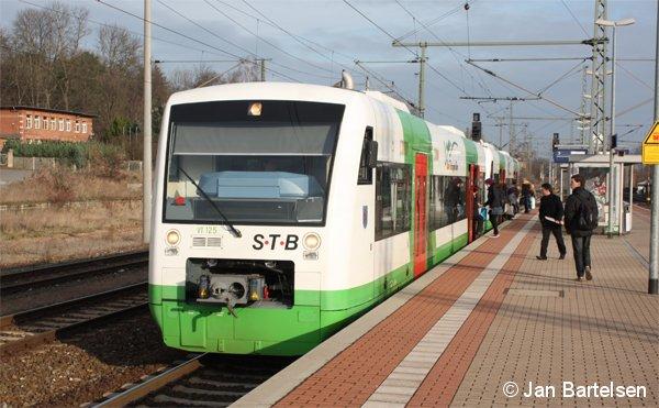 """Regioshuttle VT 125 der """"Süd Thüringen Bahn"""" am 09.12.2009 bei der Einfahrt in den Bahnhof Neudietendorf."""