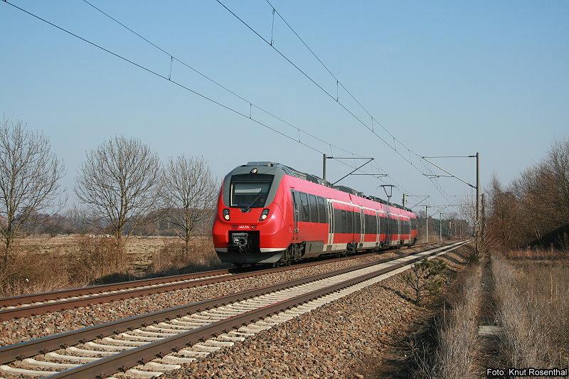 """Zurzeit testet die Deutsche Bahn ihre neuen Züge vom Typ """"Talent II"""" noch auf Herz und Nieren, da bisher noch keine Zulassung seitens des Eisenbahnbundesamtes erfolgt ist.  Am 9. März 2010 zischt 442 214 aus Groß Kreutz kommend mit voller Geschwindigkeit am Fotografen vorbei in Richtung Brandenburg (Havel) Hbf."""
