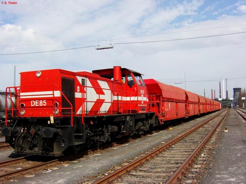 DE 85 (MaK 1002) der HGK (Häfen und Güterverkehr Köln AG) wartet am 26.04.2010 mit ihrem Salzzug im Godorfer Hafen.