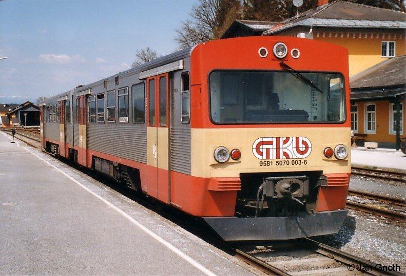 VT70 03 der Graz-Köflacher-Eisenbahn auf der Fahrt von Graz nach Köflach in Lieboch. Bei der Graz-Köflacher-Eisenbahn werden die dort als VT70 bezeichneten VT2E im kommenden Jahr durch neue Fahrzeuge vom Typ Stadler GTW 2/8 ersetzt. Damit ist die GKE die erste von 3 Privatbahnen, welche ihre VT2E ausmustert. Bei der AKN und FKE hingegen werden die VT2E noch zumindest bis 2017 im Bestand bleiben.