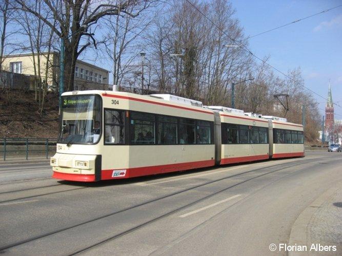 Niederflurtriebwagen 304 (Typ GT6M; AEG 1995) ist am 18.03.2010 in Frankfurt (Oder) zwischen den Haltestellen Zentrum und Bahnhof auf dem Weg Richtung Kopernikusstraße unterwegs.