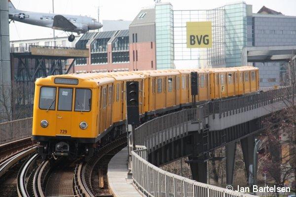 A3L71 Nr. 729 der Berliner U-Bahn im März 2010 auf der U1 bei der Ausfahrt aus dem Bahnhof Möckernbrücke.