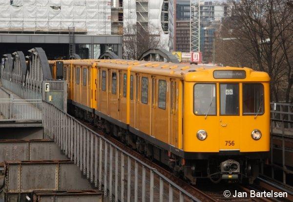 A3L71 Nr. 756 der Berliner U-Bahn im März 2010 bei der Ausfahrt aus dem Bahnhof Mendelssohn-Bartholdy-Park.