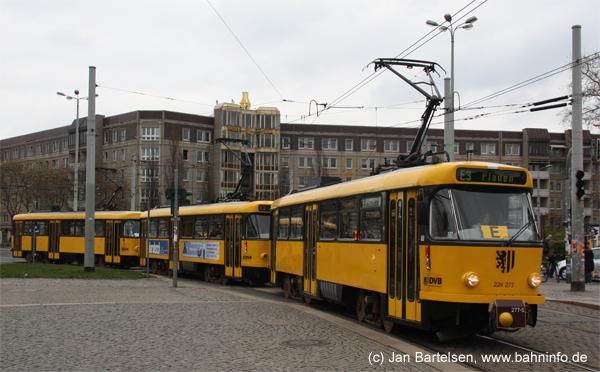 Am kommenden Samstag, den 29. Mai 2010 werden in Dresden die Tatras (Typ T4D) verabschiedet (siehe auch http://www.bahninfo.de/artikel/9170/ ). Am 16. April 2010 war 224 277 mit zwei anderen Wagen noch als Verstärker auf der Linie E3 im Einsatz. Das Foto zeigt ihn bei der Einfahrt in die Haltestelle Albertplatz.