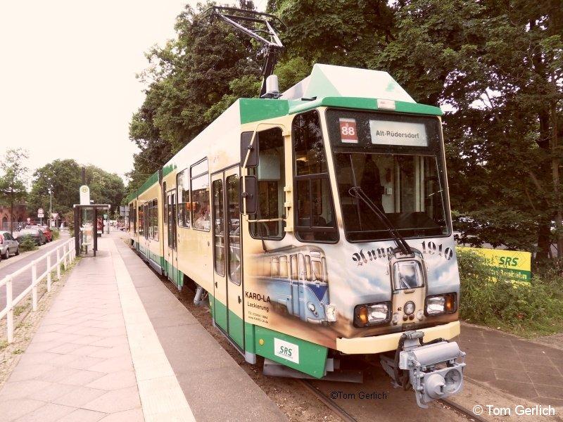 Die SRS schickte den neuen KTNF6 Nr. 26 am 12.Juni zum Schöneicher Heimatfest erstmals in den regulären Fahrgastbetrieb. Das Bild zeigt den Wagen an der Abfahrtshaltestelle in Friedrichshagen.