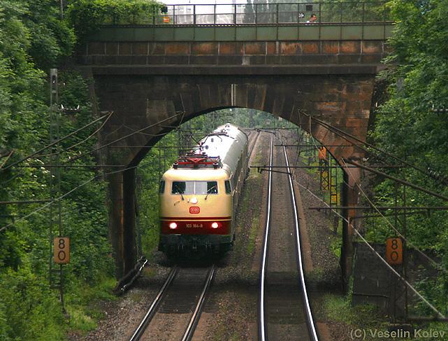 Mit einem TEE-Sonderzug am Haken durchfährt BR 103 184 bei trübem Wetter München am 13.06.2010.
