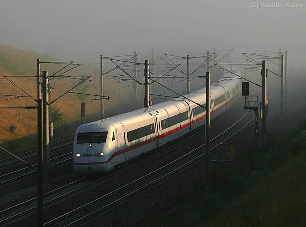 Ein dunstiger Morgen war es am 4.08.2010 nördlich von München. Bei Hebertshausen legt sich ein südwärts fahrender ICE2 in die Kurve. <br />Zahlreiche Innenaufnahmen zum ICE2 finden Sie übrigens in der neuen BahnInfo-ICE2-Fotogalerie unter http://www.bahninfo.de/sonderseiten/fotogalerien/ICE2/