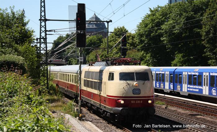 Nostalgie-InterCity im Planeinsatz: 103 235-8 am 27. Juni 2010 mit IC 1817 kurz vor der Einfahrt in Hamburg-Dammtor