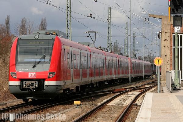 Hennigsdorf (bei Berlin), 16.03.10. Ein S-Bahnzug der BR422 verlässt das Abstellgleis Richtung Rhein-Ruhe. Der Zug besteht aus den Wagen 010/510 und 015/015.