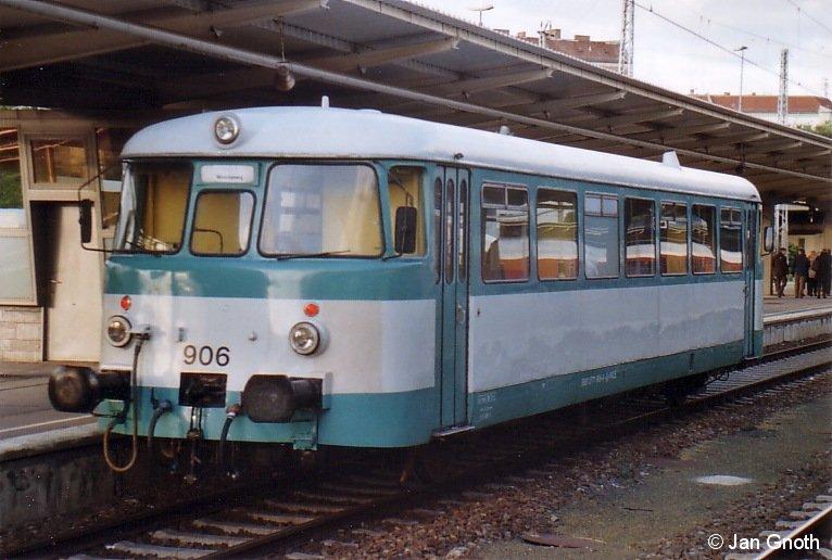 Der seit 2007 in Privatbesitz befindliche und seit 2010 wieder betriebsfähige MAN-Schienenbus ex. AKN 2.17 am Abend des 18.09.2010 in Berlin-Lichtenberg.